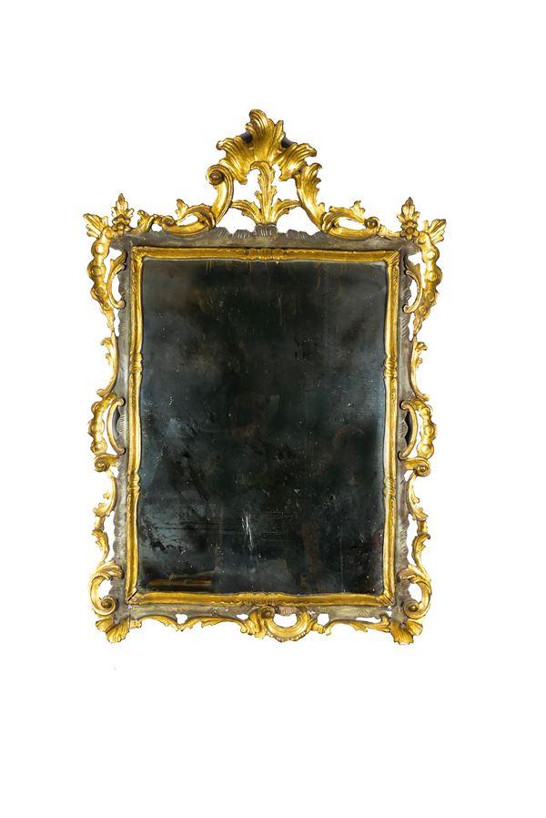 Specchiera Veneta di linea Luigi XV in legno laccato e dorato
