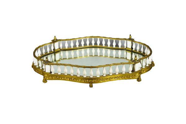 """Antico Centrotavola """"a giardiniera"""" a forma ovale sagomata in bronzo dorato"""