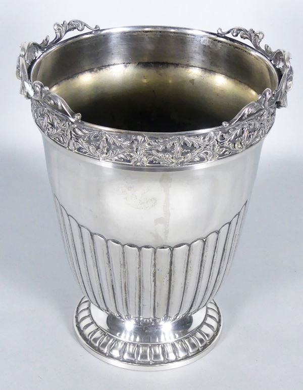 Champagne bucket in chiseled silver. 1350 g
