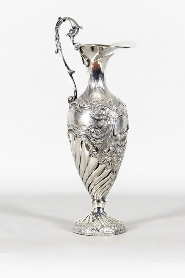 Caraffa in argento sbalzata e cesellata. Gr. 750