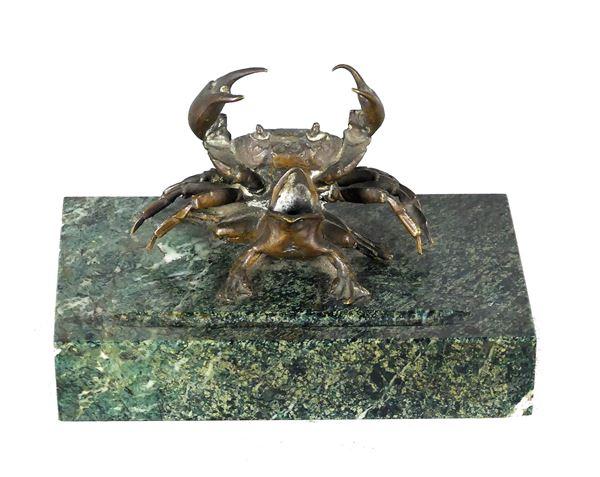 """Piccolo Gruppo in bronzo """"Granchio con rana"""", base in marmo verde delle Alpi"""