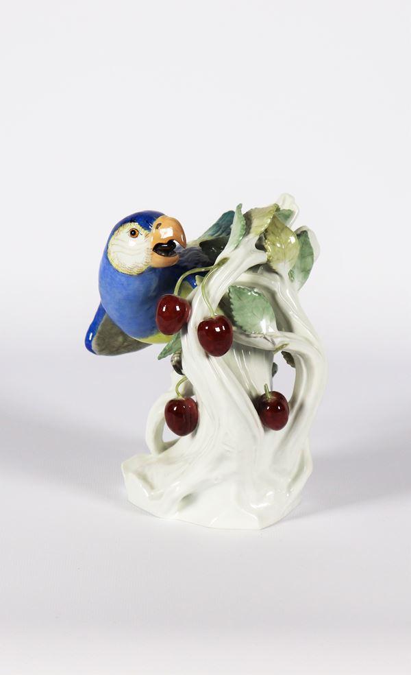 """Scultura in porcellana policroma Meissen """"Pappagallo con albero di ciliegio"""""""