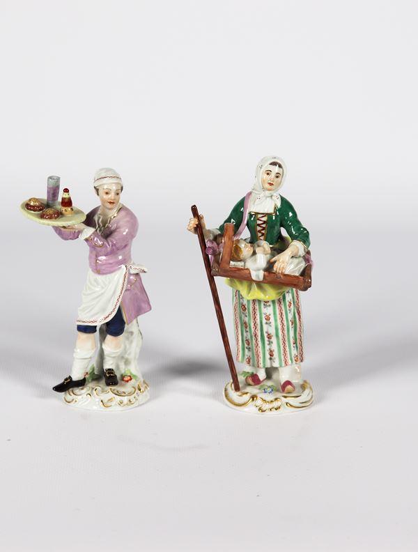"""Coppia di piccole Sculture in porcellana policroma Meissen """"Oste e contadina con figlioletto"""""""