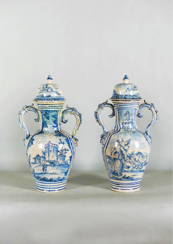 Coppia di Vasi ornamentali biansati in maiolica di Savona