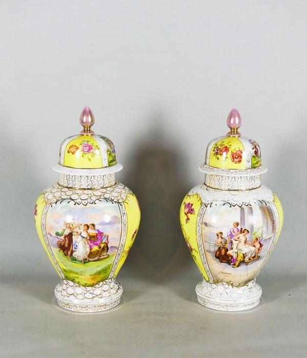 Coppia di Potiches Francesi in porcellana decorata
