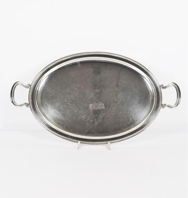 Vassoio ovale in argento con due manici. Gr. 1550