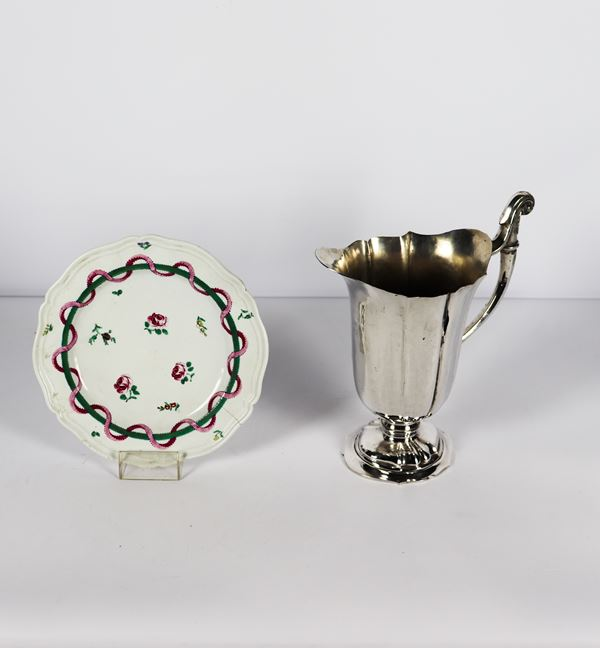 Lot of a silver metal jug and a ceramic wall plate (2 pcs)
