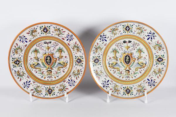 Coppia di grandi piatti da parata in maiolica smaltata e lustrata  marcati Fantechi Ceramiche - S.I.F.M.A.