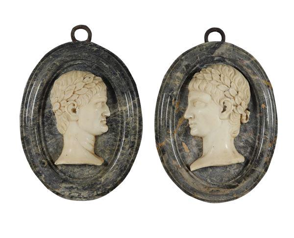 Coppia di medaglioni neoclassici ovali a rilievo