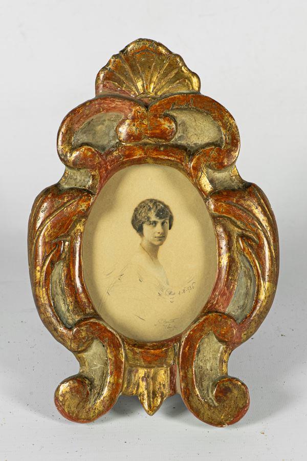 Cornice ovale in legno laccato e dorato