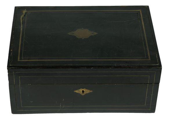 Scatola in legno laccato nero con filettature in metallo dorato